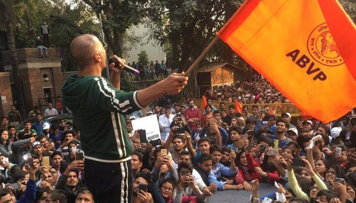 फिल्म के प्रमोशन में अक्षय कुमार ने थामा ABVP का झंडा, सोशल मीडिया पर हुए Troll
