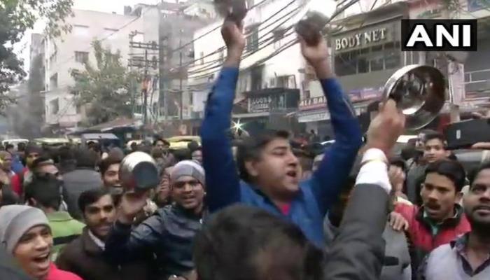 सीलिंग के खिलाफ दिल्ली बंद: दुकानों पर दिखे ताले, व्यापारियों ने बर्तन बजाकर किया प्रदर्शन