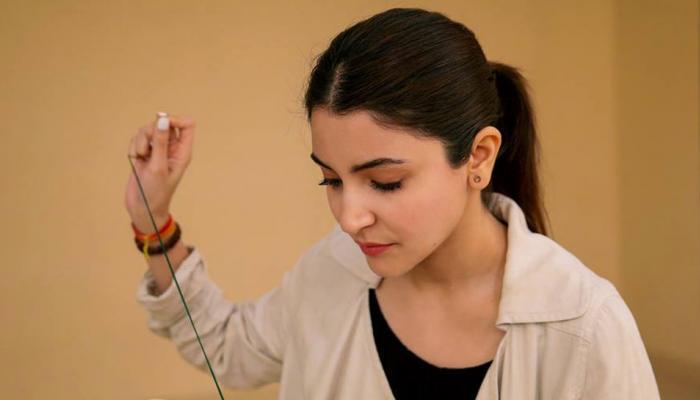 हाथों में 'सुई-धागा' पकड़ यह किस चीज की तैयारी कर रही हैं अनुष्का शर्मा