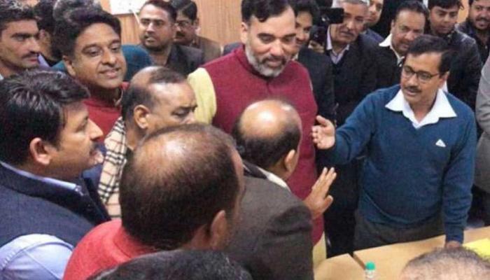 VIDEO: सीलिंग पर बातचीत के दौरान भड़के BJP विधायक, CM केजरीवाल बोले- 'अरे! पहले चाय तो पी लो'