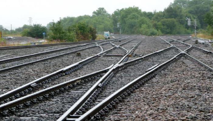UP: पारिवारिक कलह से परेशान महिला बेटियों के साथ ट्रेन के सामने कूदी, मौत