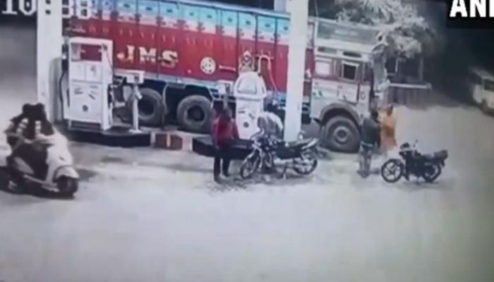 VIDEO: बीजेपी नेता दयाशंकर ने की ट्रक ड्राइवर से मारपीट, पैसे छीनकर भागे