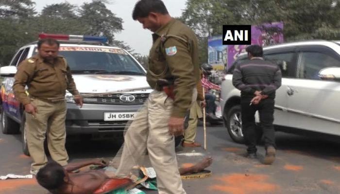 जमशेदपुर : पुलिस की बर्बरता, दिव्यांग को डंडे से पीट-पीटकर सड़क से हटाया