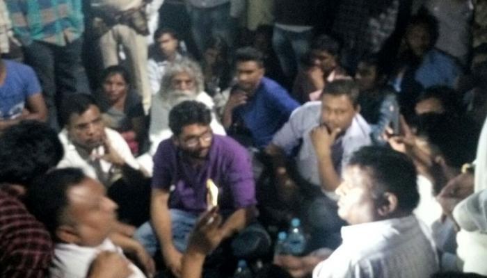 अज्ञात जगह पर ले जाए गए जिग्नेश मेवानी, दलित के आत्मदाह के विरोध में कर रहे थे प्रदर्शन