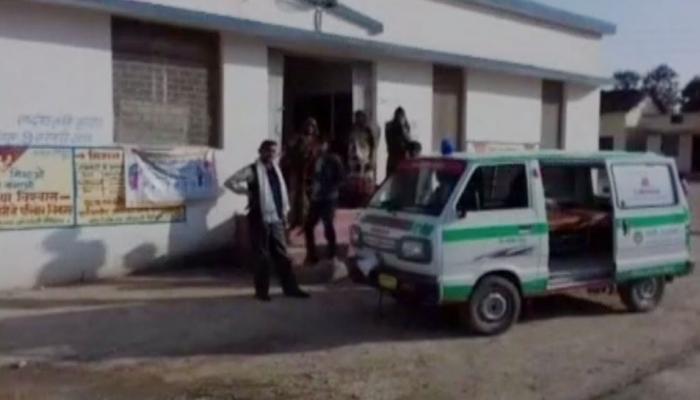 'जुगाड़' के भरोसे चल रहा है ये सरकारी अस्पताल, यहां अंधेरे में होती है डिलेवरी