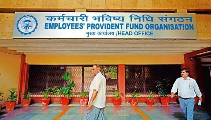 नौकरीपेशा लोगों के लिए एक और झटका, सरकार ने EPFO पर घटाई ब्याज दर
