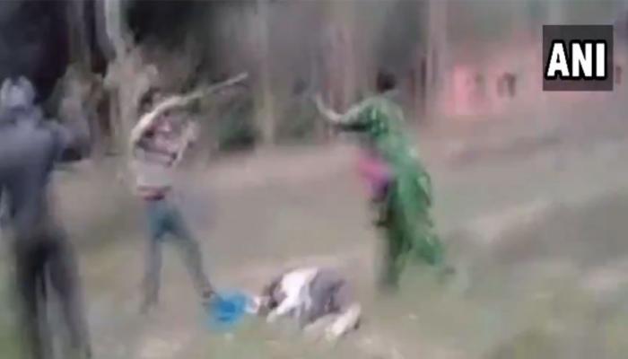 VIDEO: पति को पिटता देख पत्नी बनी 'दुर्गा', ऐसी घुमाई लाठी हमलावरों की आई शामत