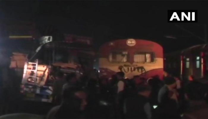 यूपी: फाटक बंद नहीं होने से ट्रेन और ट्रक में जोरदार टक्कर, ड्राइवर की मौत