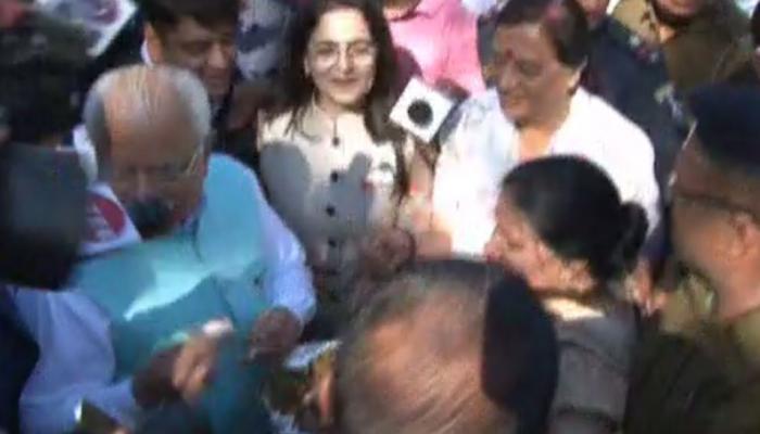 चंडीगढ़: कांग्रेस MLA कर रहे थे 'पकौड़ा प्रोटेस्ट', CM खट्टर ने चखकर कहा- स्वाद अच्छा है