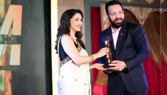 'धक-धक गर्ल' माधुरी दीक्षित ने दिया सलमान खान के बॉडीगार्ड शेरा को अवॉर्ड