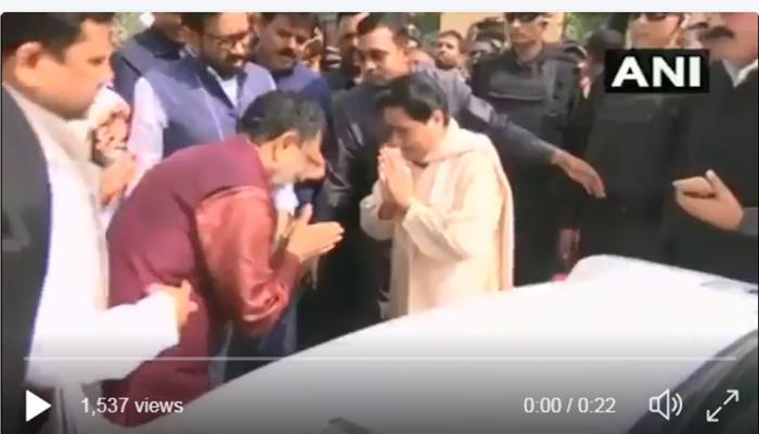 VIDEO: जब SP नेता राम गोविंद चौधरी ने किया मायावती का सिर झुकाकर अभिवादन