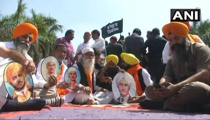 भगत सिंह, सुखदेव और राजगुरु को मिले शहीद का दर्जा; भूख हड़ताल पर बैठे परिवार वाले