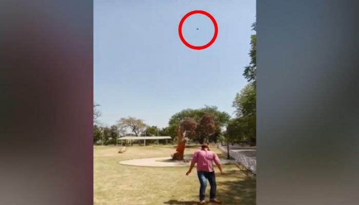 VIDEO में देखें रसगुल्ला खाने का अनोखा अंदाज, 25 फीट हवा में उछालकर यूं खाता है ये शख्स