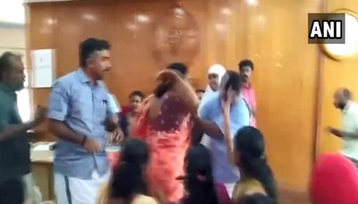 VIDEO : नगर निगम की बैठक में चले लात घूंसे, महिला ने भी मारे थप्पड़