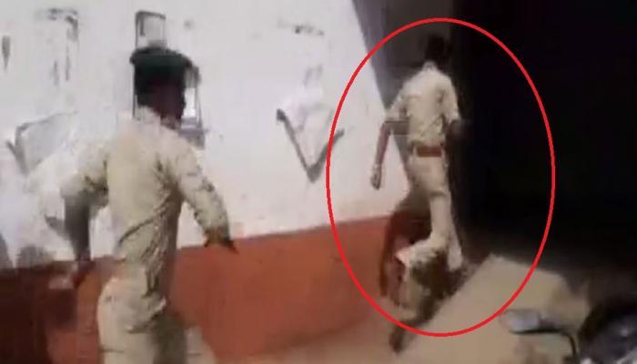VIDEO: साथी की मौत से गुस्साए जवानों ने मेजर को दौड़ाकर पीटा, जान बचाकर भागे मेजर