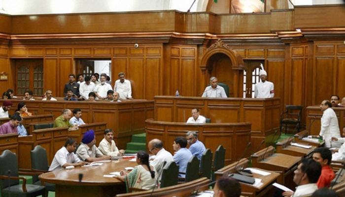 दिल्ली : LG के आदेश के खिलाफ विधानसभा अध्यक्ष, आप विधायकों ने बांधी काली पट्टियां