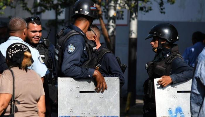 वेनेजुएला की जेल में लगी आग में 68 की मौत, हिंसक भीड़ पर पुलिस ने छोड़े आंसू गैस के गोले