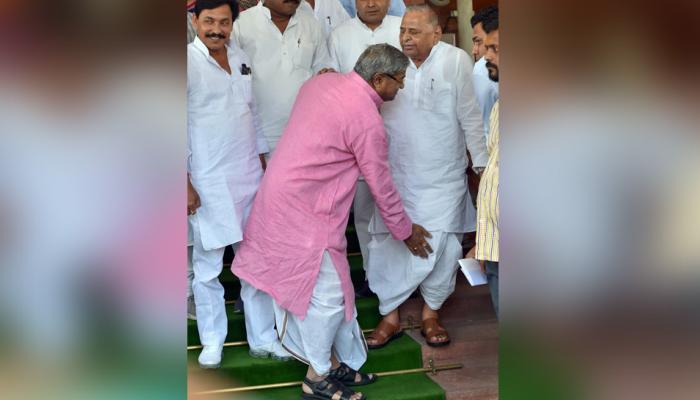 जब BJP फायरब्रांड नेता विनय कटियार ने SP नेता मुलायम सिंह यादव के छुए पांव...