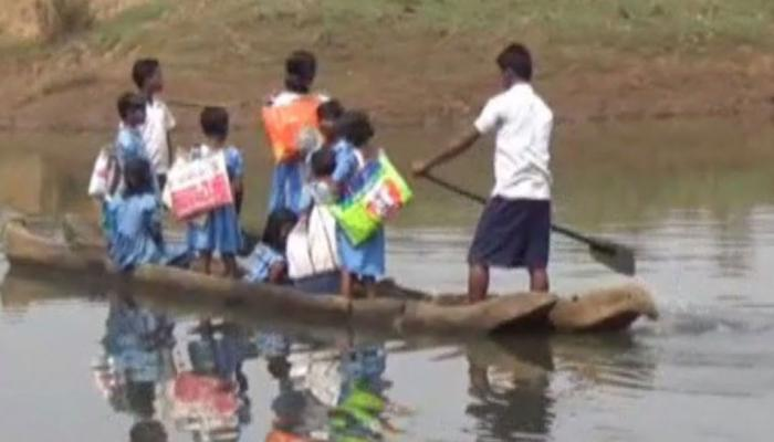 Odisha: No bridge students cross the river and go to school by boat