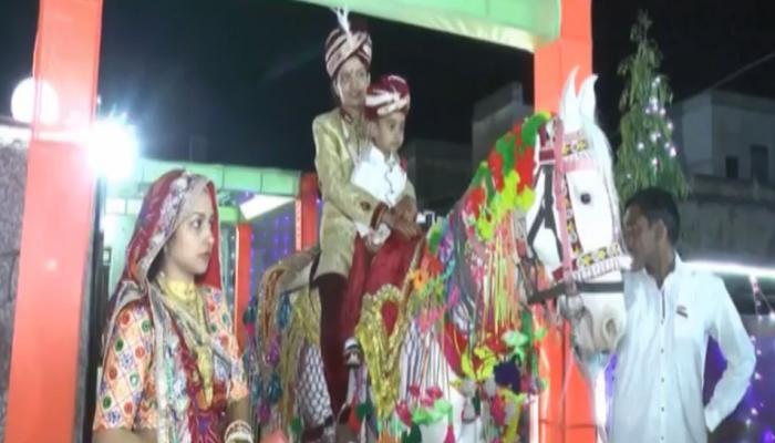 VIDEO: दूल्हा बन घोड़ी पर चढ़ी दुल्हन, बहनों ने 'बारात' में जमकर किया डांस