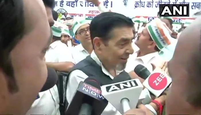 कांग्रेस के उपवास में हिस्सा लेने पहुंचे राहुल गांधी, मंच से उतारे गए जगदीश टाइटलर और सज्जन कुमार