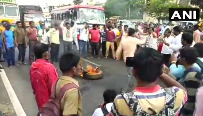 VIDEO : कर्नाटक में टिकट ना मिलने से नाराज कांग्रेसियों ने किया हंगामा, पार्टी दफ्तरों में तोड़फोड़