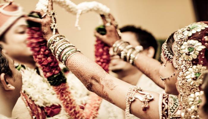 दुल्हन ने दूल्हे की जगह बगल में खड़े युवक के गले में डाली वरमाला, बोली- शादी करूंगी तो इसी से