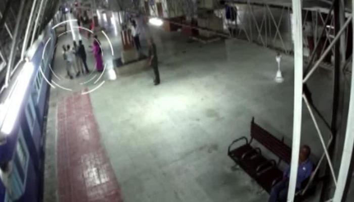 VIDEO: प्लेटफॉर्म और चलती ट्रेन के बीच फंसा पैसेंजर, RPF जवान ने ऐसे बचाई जान