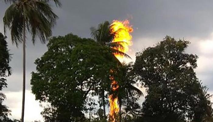 इंडोनेशिया: तेल के कुएं में लगी आग बुझाने में जुटे दमकल कर्मी, अब तक 18 लोगों की मौत