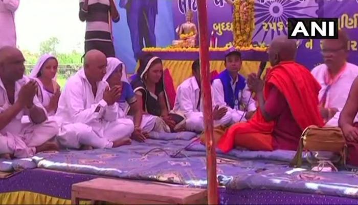 गुजरात: ऊना के पीड़ित दलितों ने अपनाया बौद्ध धर्म, कहा - हिंदुओं के भेदभाव से हमें पीड़ा होती है