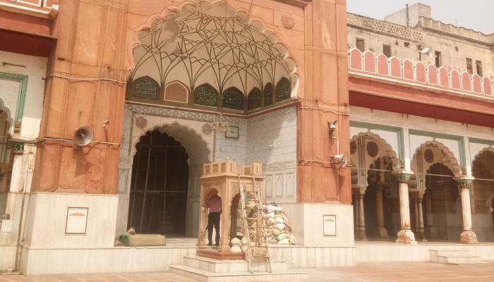 शाहजहां की बनाई मस्जिद से सरकार ने दिखाई बेरुखी, लोगों ने मदद को बढ़ाए हाथ