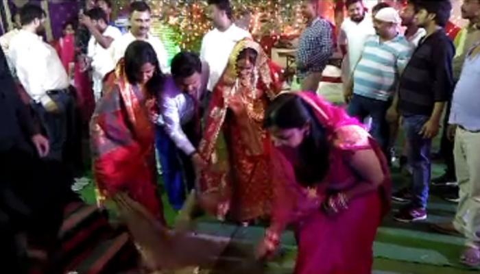 वैशाली : रिसेप्शन के बाद दूल्हा-दुल्हन ने झाड़ू लगाकर चलाया सफाई अभियान