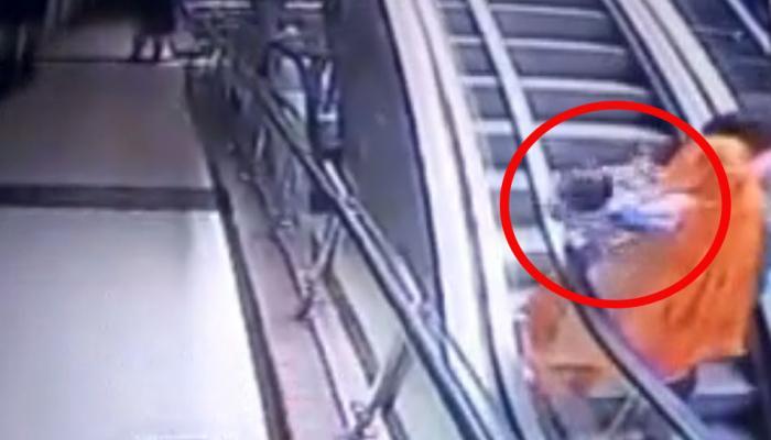 VIDEO: शॉपिंग मॉल में एस्केलेटर पर चढ़ रही मां के हाथ से फिसलकर यूं गिरी बच्ची, हुई मौत