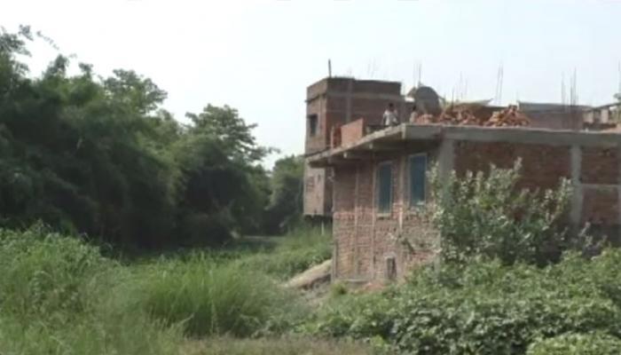 बिहार : अस्तित्व की लड़ाई लड़ रही है चन्द्रावत नदी, दबंगों ने बना लिए घर