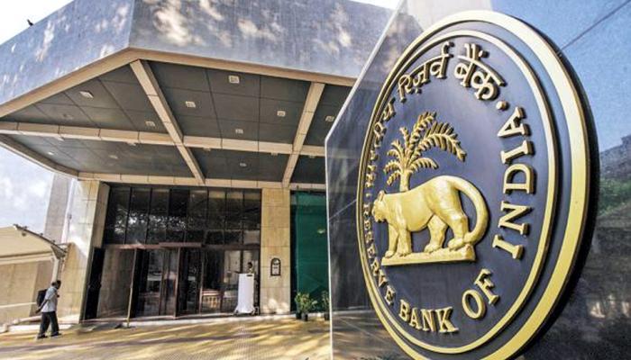 महंगा हो सकता है बैंकों से लोन लेना, बढ़ेंगी ब्याज दरें, RBI ने दे दिया ये इशारा