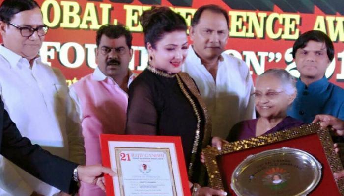 शीला दीक्षित ने इस भोजपुरी एक्ट्रेस को किया राजीव गांधी ग्लोबल एक्सीलेंस अवॉर्ड से सम्मानित