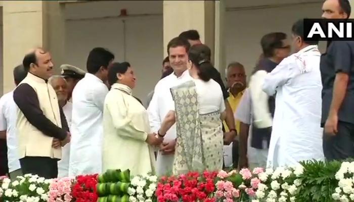 VIDEO: जब मायावती ने थामा सोनिया का 'हाथ', राहुल गांधी से की दिल खोलकर बात