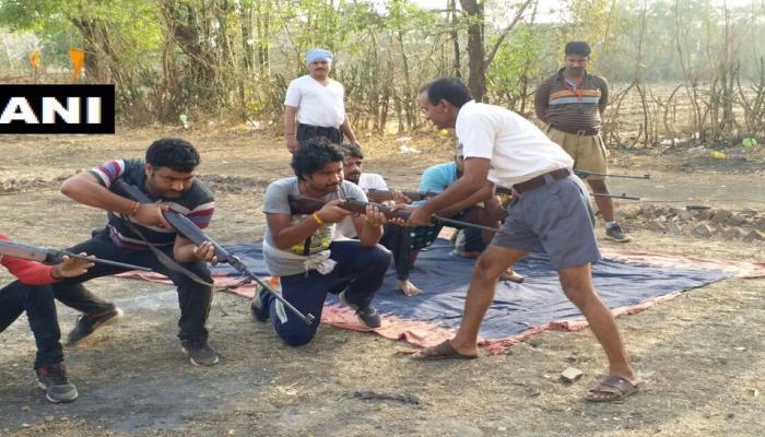 MP: बजरंग दल दे रहा है कार्यकर्ताओं को हथियार चलाने की ट्रेनिंग, कांग्रेस ने उठाए सवाल