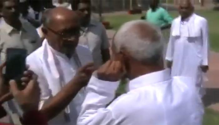VIDEO: दिग्विजय सिंह ने कहा- तुझे यहीं डुबाकर जाऊंगा, बुजुर्ग ने कान पकड़कर मांगी माफी, छुए पैर