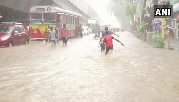 मुंबई में हुई भारी बारिश, कई जगह पर हुआ जलभराव, फ्लाइट भी की गईं डायवर्ट