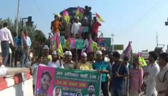 जन अधिकार पार्टी का चक्का जाम, जगह-जगह ट्रेन रोक कर रहे प्रर्दशन
