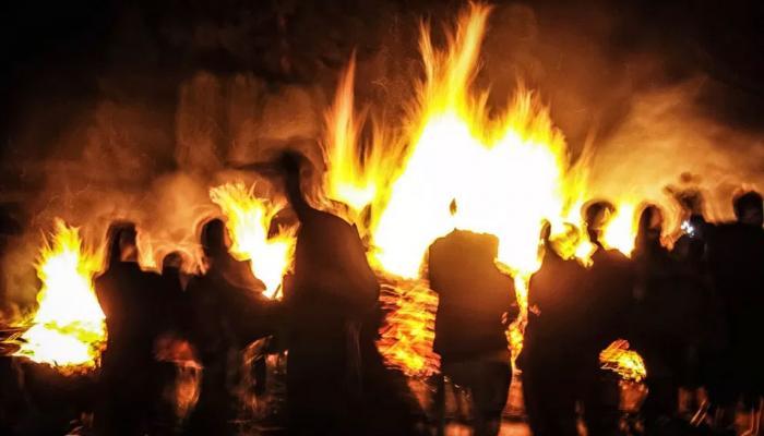 जमीन विवाद में दबंगों ने पूरे परिवार को जिंदा जलाया, दो बच्चों की मौत