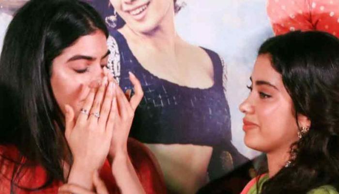 धड़क: ट्रेलर लॉन्च पर बहन जाह्नवी को गले लगाकर रोने लगीं खुशी, देखें VIRAL VIDEO