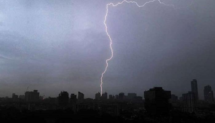 प. बंगाल में बिजली गिरने से 10 लोगों की मौत, कर्नाटक में बारिश के चलते स्कूल-कॉलेज बंद