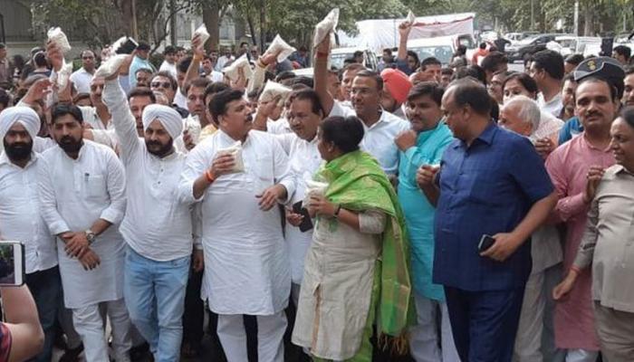 राशन की होम डिलीवरी की मांग के साथ PM आवास पर AAP ने भेजा राशन