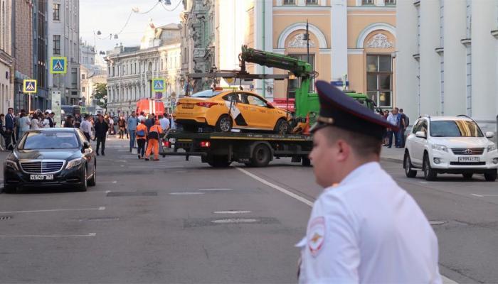 मॉस्को के रेड स्क्वॉयर के पास ड्राइवर ने फुटपाथ पर चढ़ाई टैक्सी, राहगीरों को मारी टक्कर