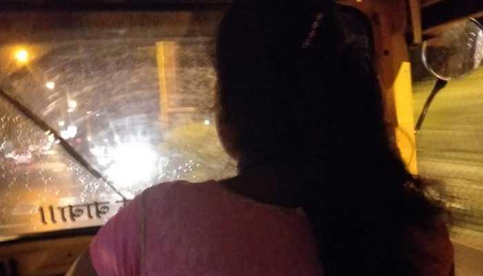 जब देर रात ऑटो ड्राइवर ने की महिला की मदद, सोशल मीडिया पर वायरल हो रही तस्वीर