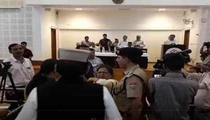 VIDEO: महिला टीचर को क्यों कहना पड़ा CM त्रिवेंद्र सिंह रावत को अपशब्द?