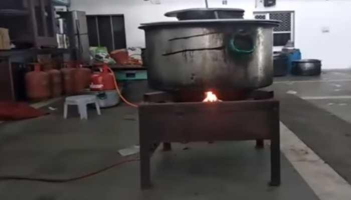 VIRAL VIDEO: बिना सिलेंडर जल रहे चूल्हे को लोगों ने बताया चमत्कार, सच्चाई कर देगी हैरान