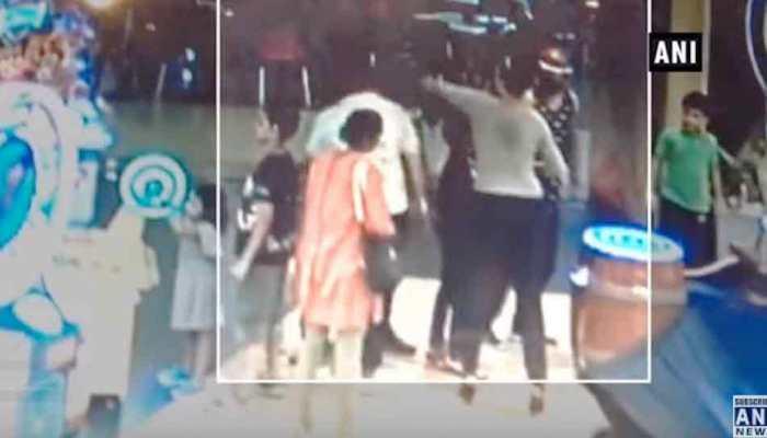 VIDEO: छेड़छाड़ के संदेह में विनोद कांबली की पत्नी ने बॉलीवुड सिंगर के पिता को जड़ा थप्पड़, मामला दर्ज